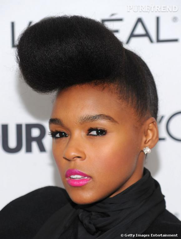 Coûtumière des coiffures afro décalées,  Janelle Monae  s'affiche coiffée d'une banane crépue. Une coupe qui lui donne du style et une allure très rétro.