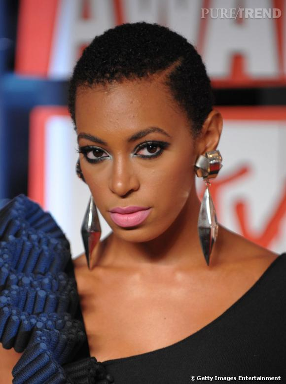 Après la coupe afro, c'est la tendance cheveu rasé que teste la petite soeur de  Beyoncé . Une coiffure très courte et crépue qui signe le retour du cheveu afro naturel.