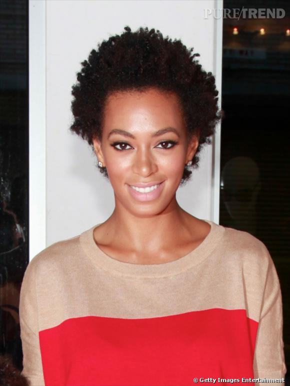 Exit le défrisage pour  Solange Knowles  qui préfère le naturel d'une mini-coupe afro. Une coiffure afro cheveux courts funky qui va comme un gant à la chanteuse.