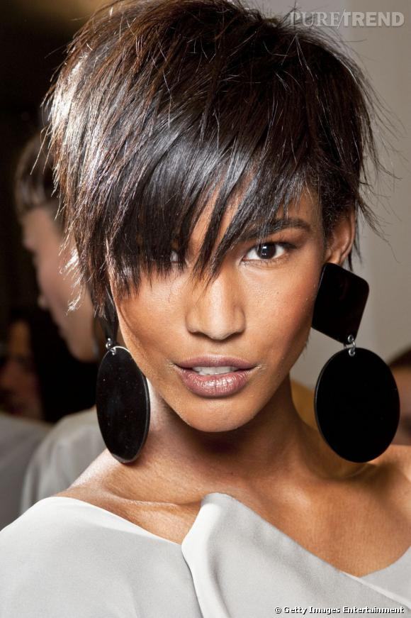 """Effet coiffé-décoiffé pour cette coupe courte et lisse """"façon Rihanna"""", moderne et féminine."""