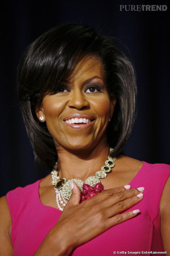 En sa qualité de Première dame,  Michelle Obama  n'est pas la dernière pour adopter les tendances coiffures cheveux afro. Adepte du carré, elle le porte mi-long avec une frange sur le côté.