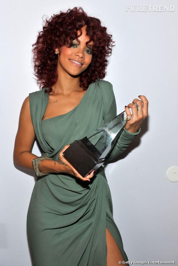 Rihanna  remet la coupe afro au goût du jour avec cette version auburn, idéale pour se donner un petit côté funky.