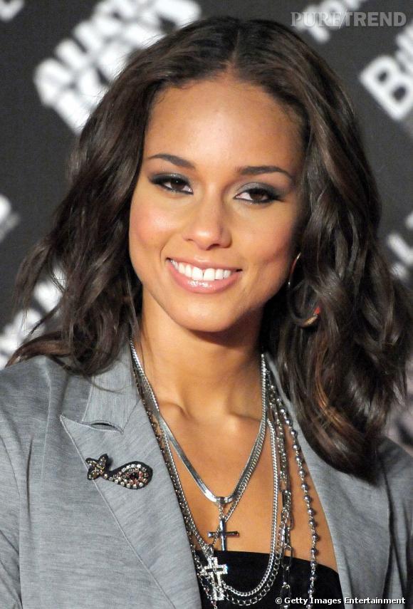 Comme toutes les chanteuses de R'n'b, Alicia Keys adopte le wavy et affiche une chevelure lissée toute en ondulations.