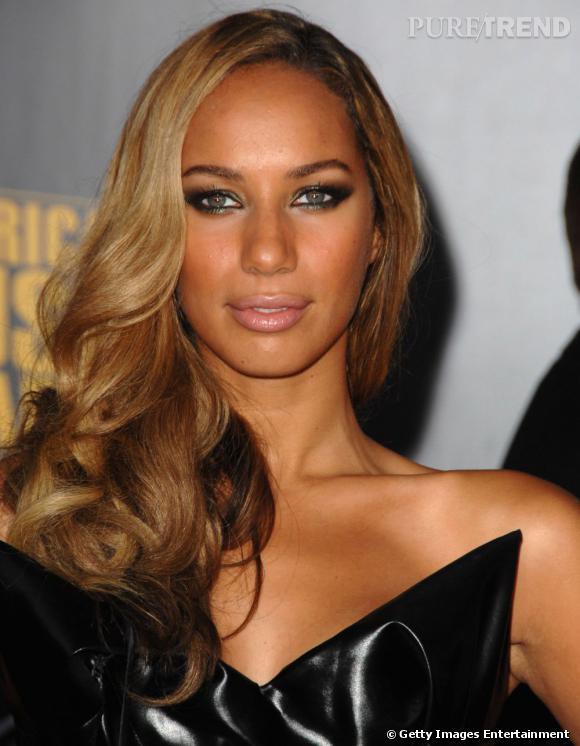 En diva qui se respecte,  Leona Lewis  adopte une coupe de cheveux wavy portée sur l'épaule, tendance  side hair .