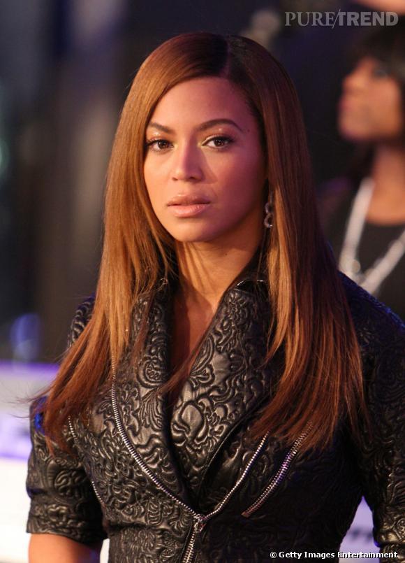 Adepte du défrisage, Beyoncé arbore une coupe de cheveux afro longs et disciplinés.