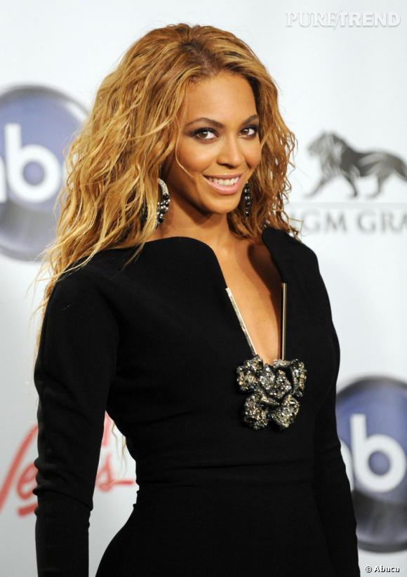 En bonne pro du wavy, Beyoncé opte pour une coiffure afro cheveux longs ondulée sexy à souhait.