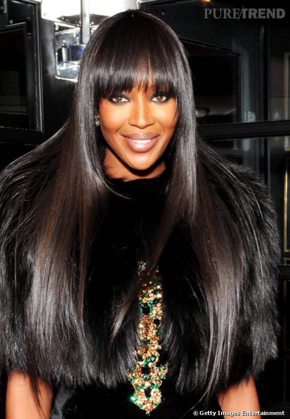 La panthère des podiums a fait de sa coupe de cheveux afro longs sa marque de fabrique. Une frange droite, une chevelure ultra lisse et brillante, tel est l'ADN capillaire de  Naomi Campbell .