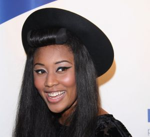 La chanteuse VV Brown est une adepte des coiffures afro décalées. Avec sa frange rouleau, elle s'assure un look de pin-up rétro.