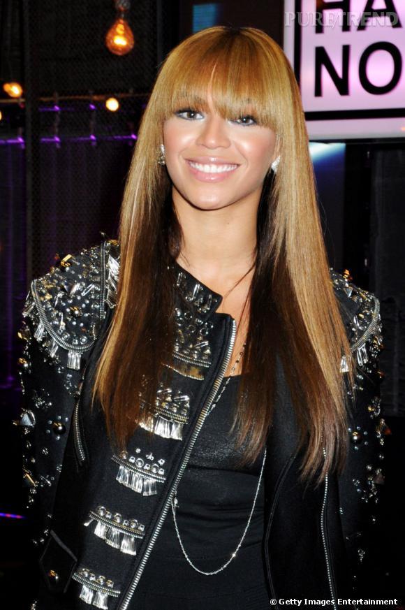 Beyoncé aussi a fini par craquer pour la frange. Droite et épaisse, elle agrémente une coiffure afro cheveux longs ultra-lisse et bicolore.