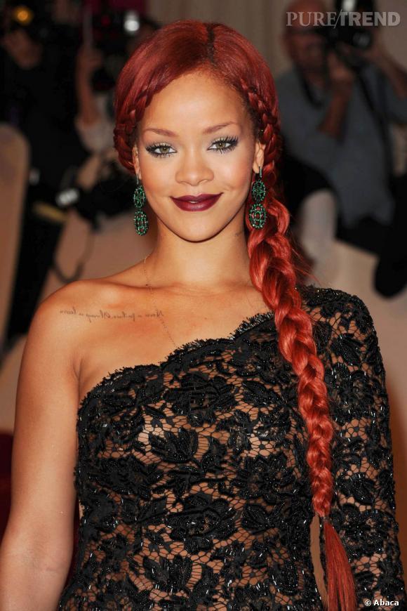 La  tendance Rapunzel  et sa tresse format XXL a fait craquer plus d'une star, parmi lesquelles Rihanna, qui l'adopte version rouge flamboyant.