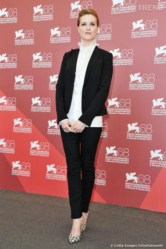 """Evan Rachel Wood, chic en smoking noir pour le photocall de """"The Ides of March"""" à la Mostra de Venise."""