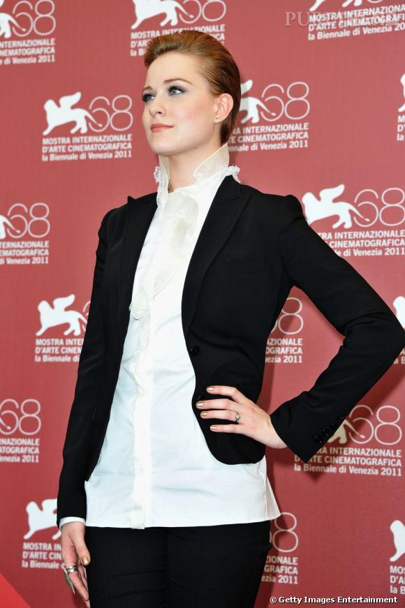 On aime la chemise blanche en soie, qui épouse le cou d'Evan Rachel avec brio.
