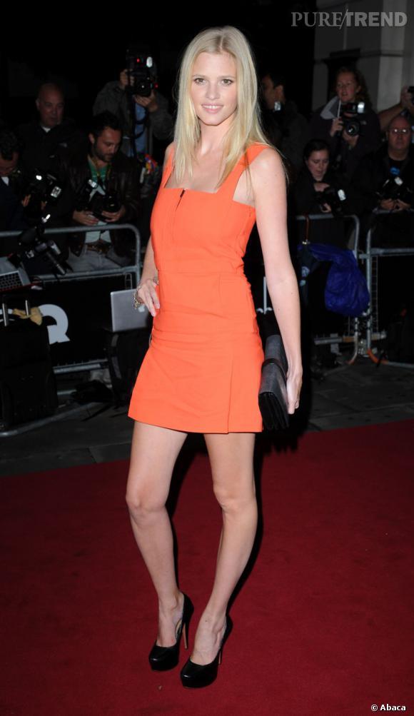 Le mannequin porte une robe moulante orange.