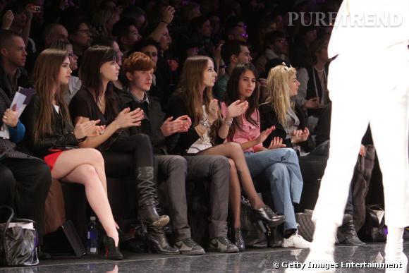 En front rows, la jeune femme prend place aux côtés de it-girls comme Daisy Lowe.