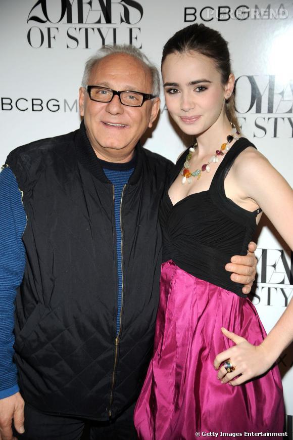 Modeuse, la jeune femme s'offre le luxe de prendre la pose avec Max Azria.