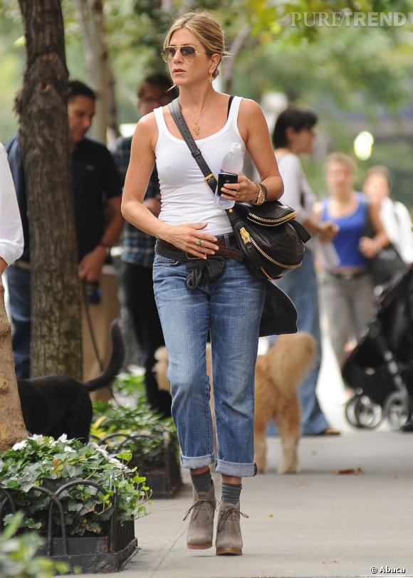 L'actrice porte un jean boyfriend ultra-mode et cool qu'elle associe à un débardeur moulant.