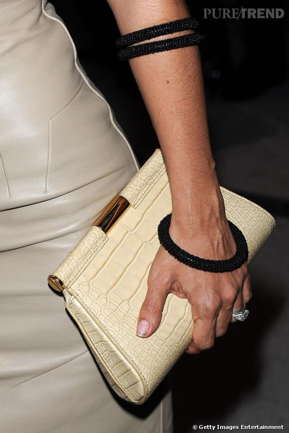 Bracelets noirs et pochette en croco beige, la belle latina sait se parer des bons accessoires.