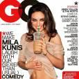 Mila Kunis, canaille, boit un petit Starb*** qu'on a essayé de censurer... En laissant toujours la célèbre paille verte en revanche.