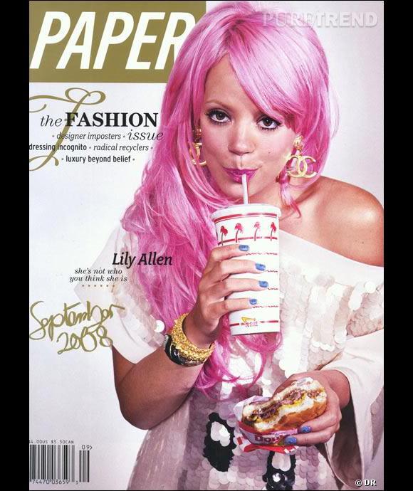 Lily Allen et ses cheveux roses, adepte de la junk food.
