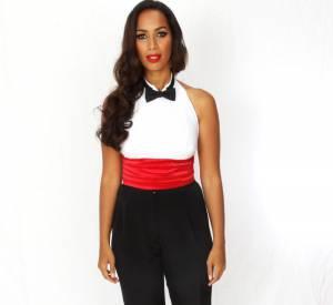 La chanteuse mise sur une tenue masculin-féminin avec un smoking revisité et la taille marquée par une ceinture en tissu rouge.