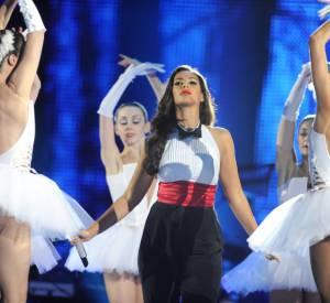 La chanteuse se la joue dandy avec beaucoup de style.