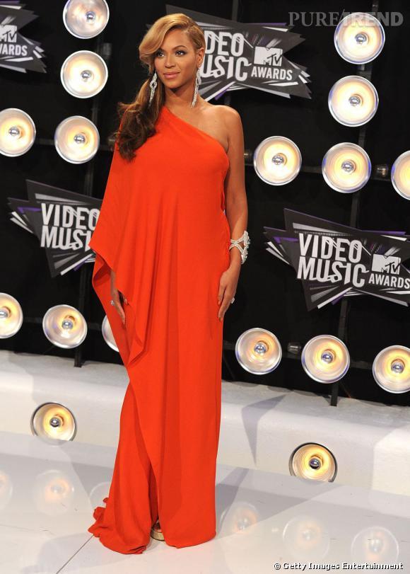 Beyoncé cache son ventre dans une robe Lanvin. La couleur vire vers le corail et sublime sa peau caramel. Elle est glamour et un peu diva.