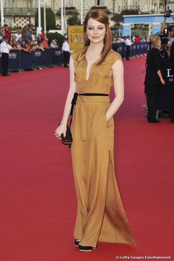 1b60eff692e Emma Stone tente la robe moutarde Roland Mouret - Puretrend