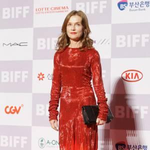Isabelle Huppert craque pour la robe en mousseline de soie Alexandre Vauthier.