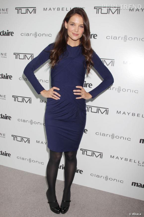 Katie Holmes fait beaucoup d'effet dans cette robe marine qui flatte son teint opalin.