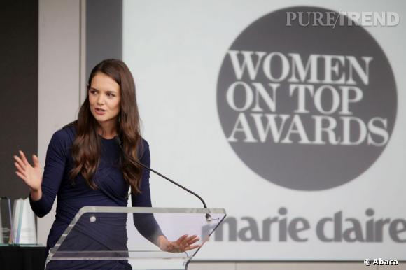 Katie Holmes en plein discours lors des Women on Top Awards.