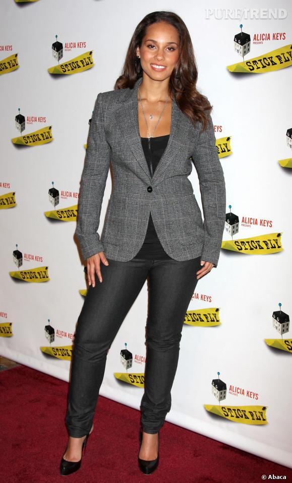 En blaser gris, Alicia Keys joue les femmes d'affaires.