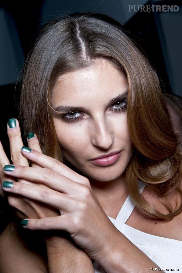 Le vert se fait une place dans notre vanity. On le choisit de préférence métalisé pour rester dans la tendance.
