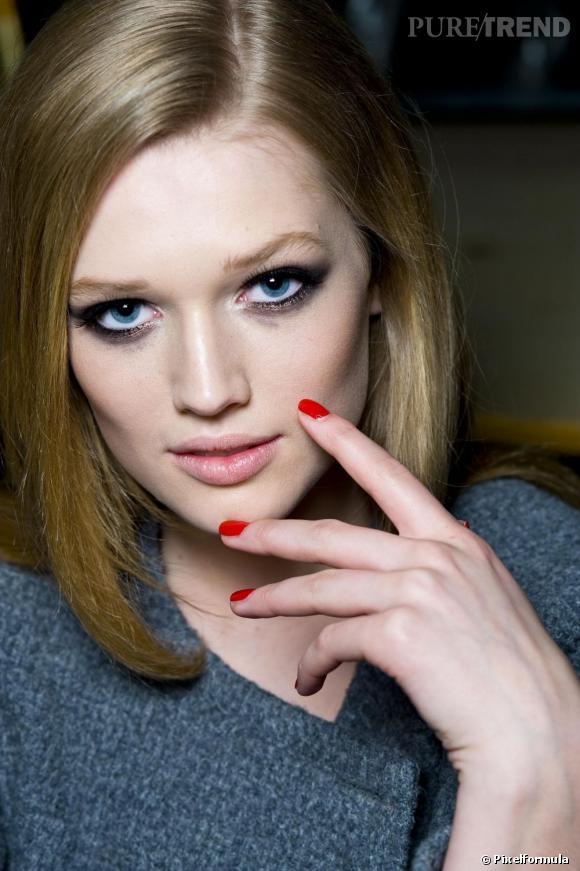 Indémodable, le rouge s'invite sur nos ongles pour des mains glamour et élégantes.