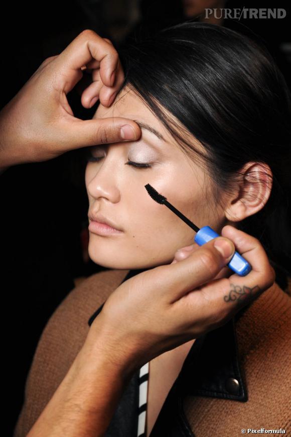 Vous trouvez vos cils trop courts ? Gagnez en longueur avec un mascara allongeant.