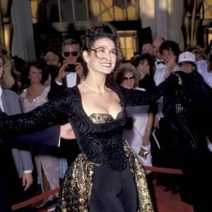 Demi Moore s'essaie à la robe rideau. Notons qu'elle a sculpté sa silhouette.