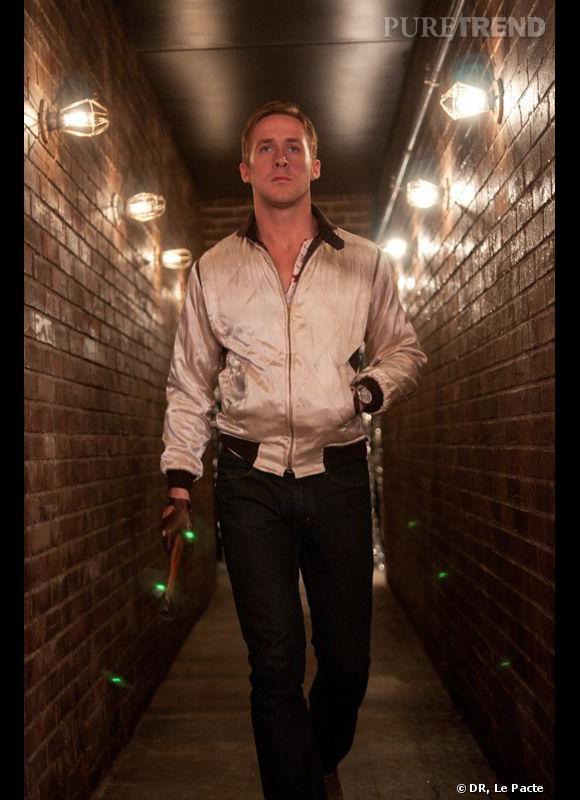 """Ryan Gosling a été particulièrement impliqué dans le choix de ses costumes pour le film """"Drive"""", et notamment dans l'élaboration de la fameuse veste scorpion, l'autre star du film. En collaboration avec la styliste de cinéma Erin Benach, l'acteur a voulu s'inspirer de modèles vintage des années 50."""