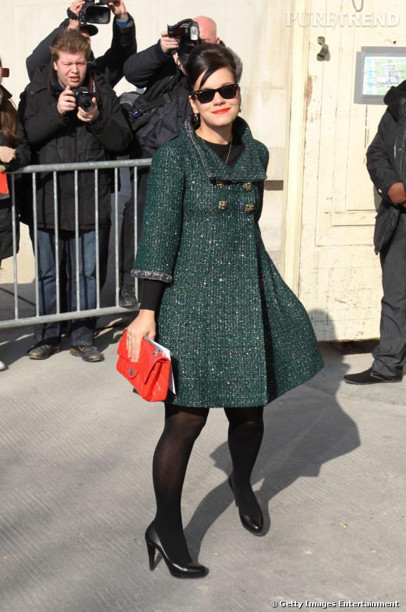 Légèrement plus sobre, Lily Allen préfère le manteau Chanel vert délicatement pailleté.