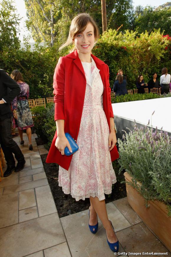 Olivia Wilde, toujours à croquer, mise sur un manteau framboise pour être mode et colorée cet hiver.