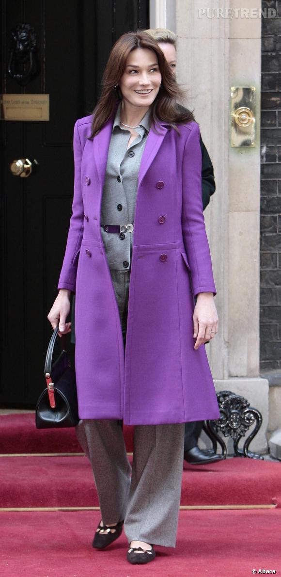 Carla Bruni se met également à la mode colorée avec un manteau violine.