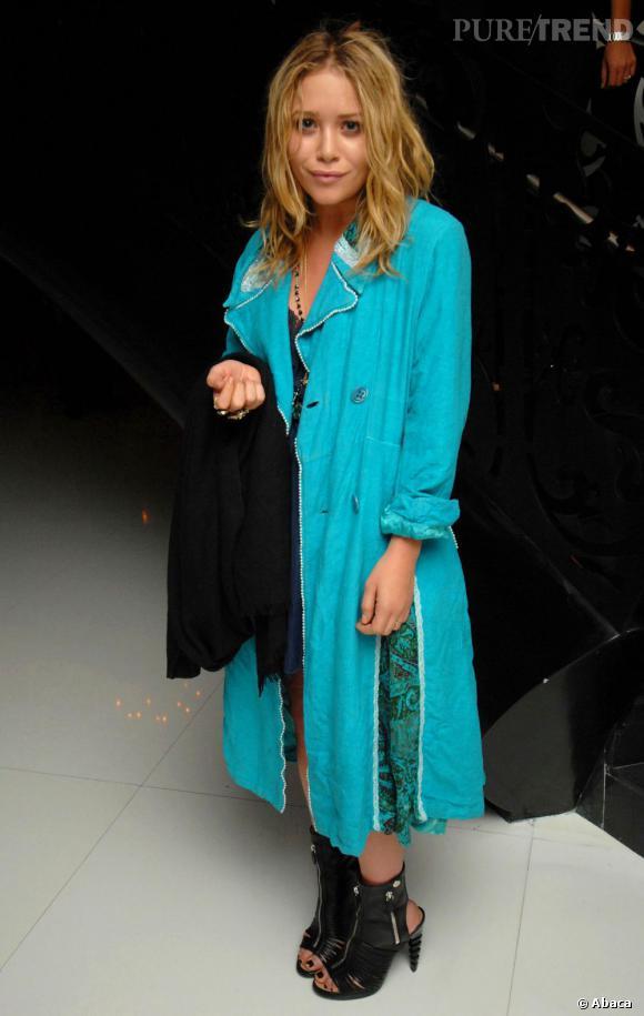 Mary-Kate Olsen toujours ultra-audacieuse ose le turquoise... Et fait mouche !