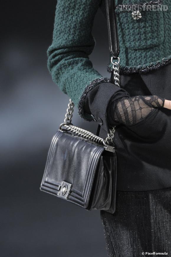 """Défilé Chanel automne-hiver 2011-2012 : le modèle """"Boy""""."""