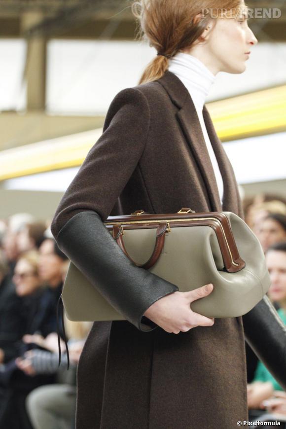 """Défilé Celine automne-hiver 2011-2012 : le modèle """"Handbag""""."""