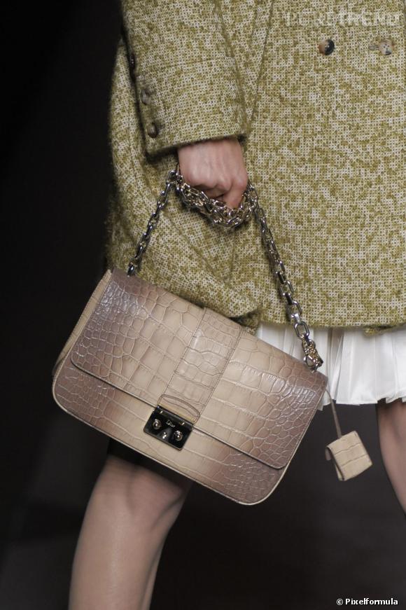 """Défilé Christian Dior automne-hiver 2011-2012 : le modèle """"Miss Dior""""."""