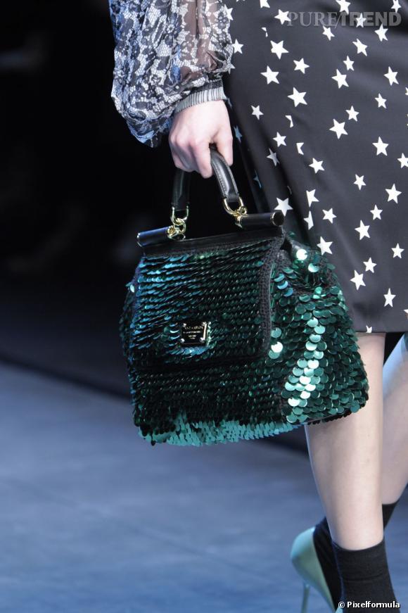 Défilé Dolce & Gabbana automne-hiver 2011-2012 : un cabas en maille rebrodé de paillettes.