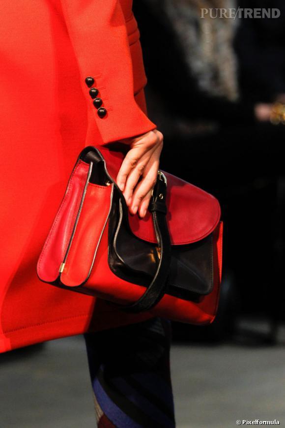 """Défilé Proenza Schouler automne-hiver 2011-2012 : le modèle """"Book Bag""""."""