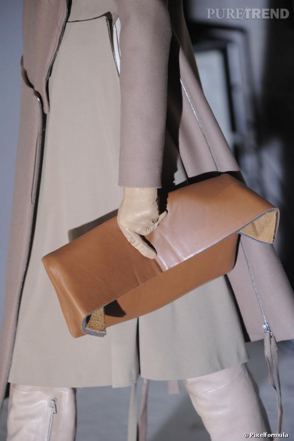 Défilé Maison Martin Margiela automne-hiver 2011-2012 : un clutch inspiré d'un accessoire pour poupée.