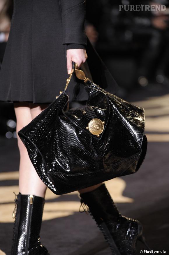 Défilé Versace automne-hiver 2011-2012 : une besace XXL en python vernis.