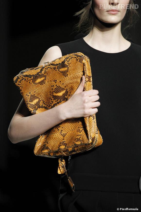 Défilé Prada automne-hiver 2011-2012 : une maxi pochette en python.