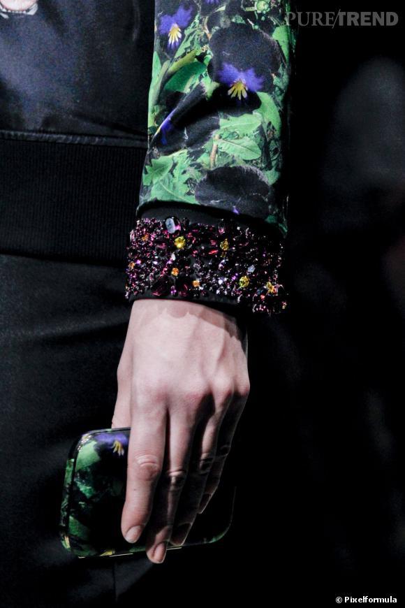 """Défilé Givenchy automne-hiver 2011-2012 : la minaudière """"pensées""""."""