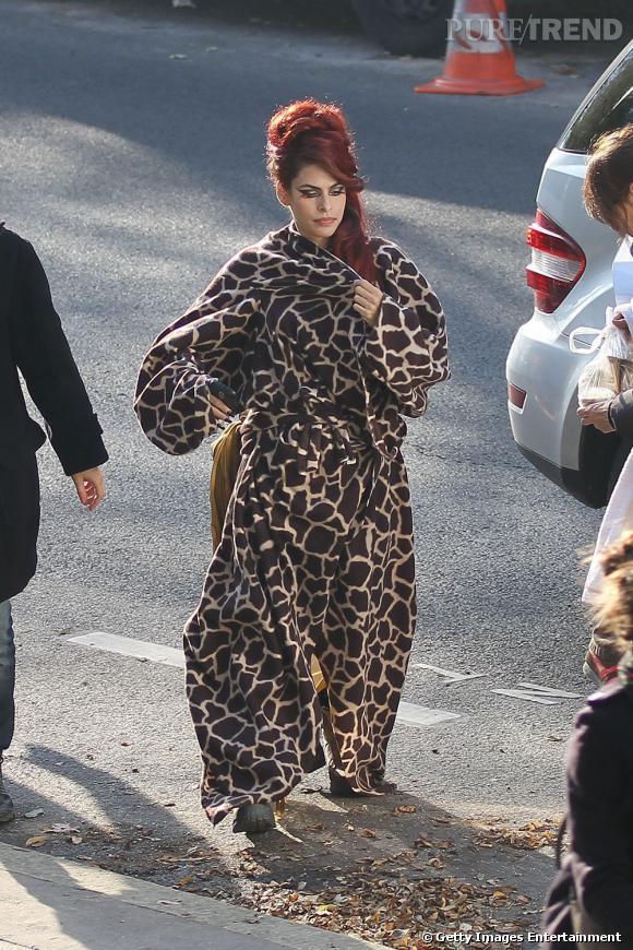 Eva Mendes dans un plaid imprimé girafe est tout de suite mons imposante.